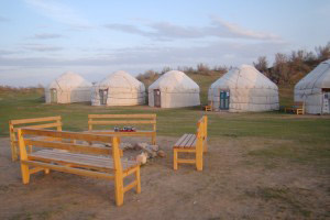 Юртовый лагерь Айдар - гостиница в пустыне Кизилкум, озеро Айдаркуль